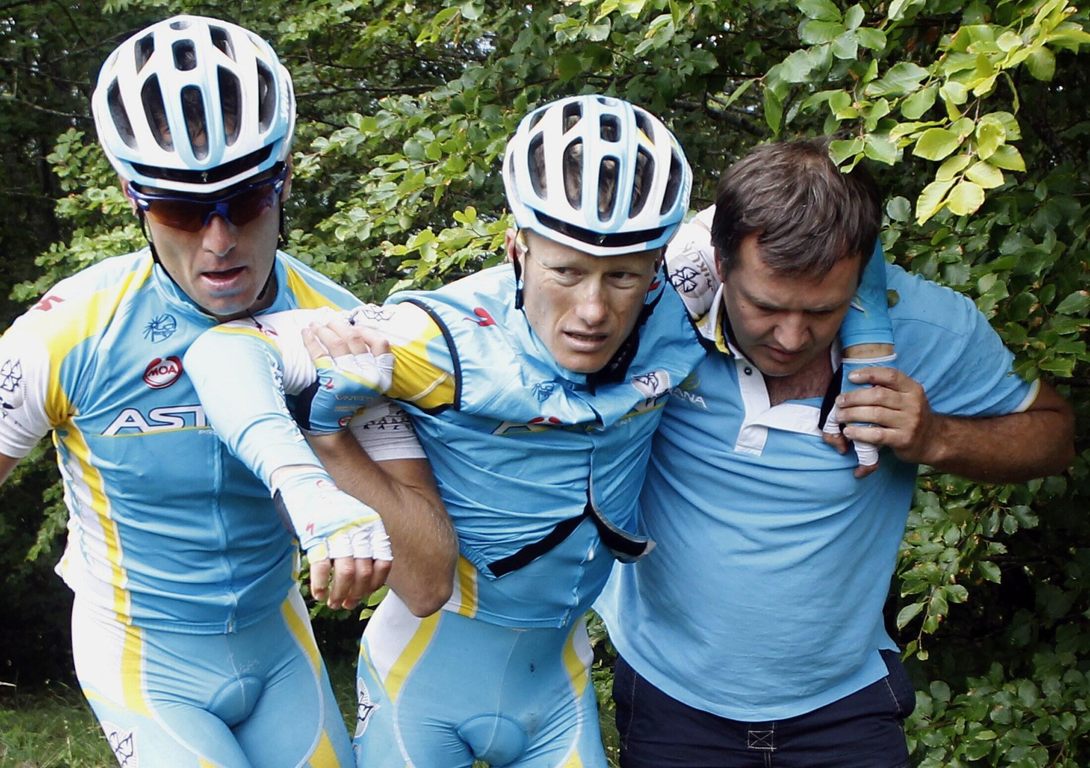 Велогонщик Александр Винокуров после падения и перелома бедренной кости на девятом этапе Тур де Франс 10 июля 2011 года