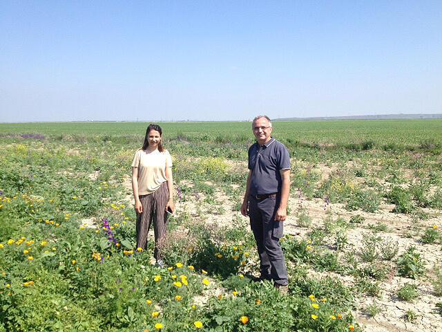 Arnaud Perrein, agriculteur, avec l'une de ses employées. Le fermier passe aux nouvelles technologies, mais veut aussi garder des modes de culture traditionnels.