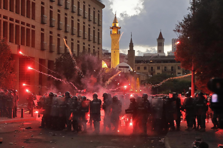 Un enfrentamiento entre las fuerzas de seguridad libanesas y los manifestantes cerca del parlamento en el centro de Beirut el 10 de agosto de 2020