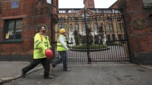 Trabalhadores ingleses da construção civil caminham pelo bairro residencial de Bow Quarter, na parte leste de Londres, perto do complexo olímpico.