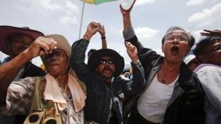 Des paysans de la province de Nakhon Sri Thammarath protestent contre la hausse des prix du caoutchouc et l'absence de subventions du gouvernement. Le 4 septembre 2013.
