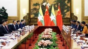 Une délégation de la dirigeante birmane Aung San Suu Kyi, reçue par le président chinois Xi Jinping, en mai 2017 à Pékin.