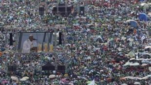 Misa multitudinaria oficiada por el Papa en Copacabana, Río de Janeiro, 28 de julio de 2013.
