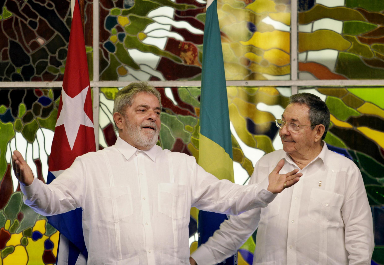 El presidente Luiz Inacio Lula da Silva (izq.) junto a su homólogo cubano Raúl Castro, en La Habana el 24 de febrero, día de la muerte de Orlando Zapata.