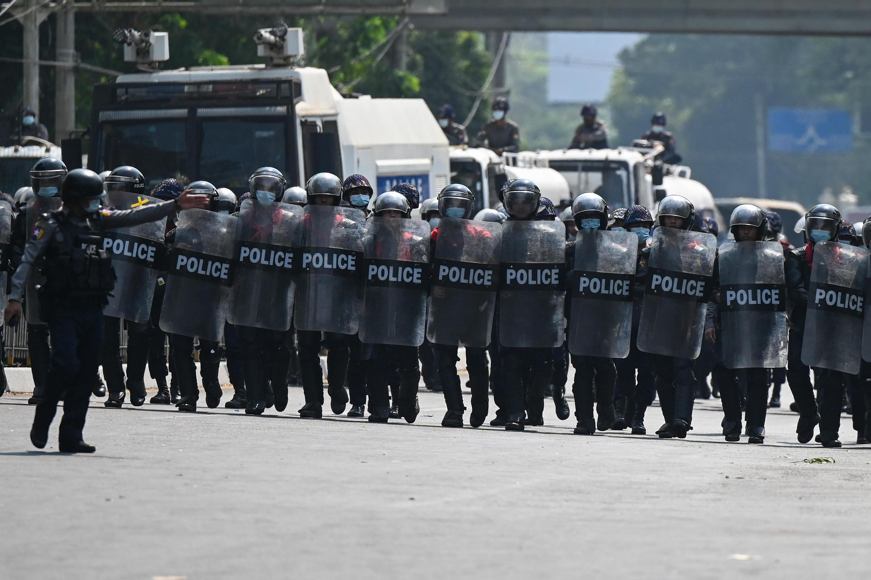 La policía frente a manifestantes en Rangún, el 22 de febrero de 2021