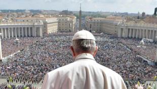 Le pape François délivre son message «Urbi et Orbi», place Saint-Pierre, le 16 avril 2017.