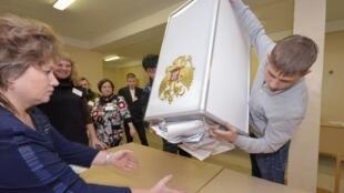 Giới trẻ Nga ngày nay nghĩ khác về lịch sử, và ý thức công dân của họ cũng khác. Trong ảnh, một cuộc kiểm phiếu tại Vladivostok năm 2011.