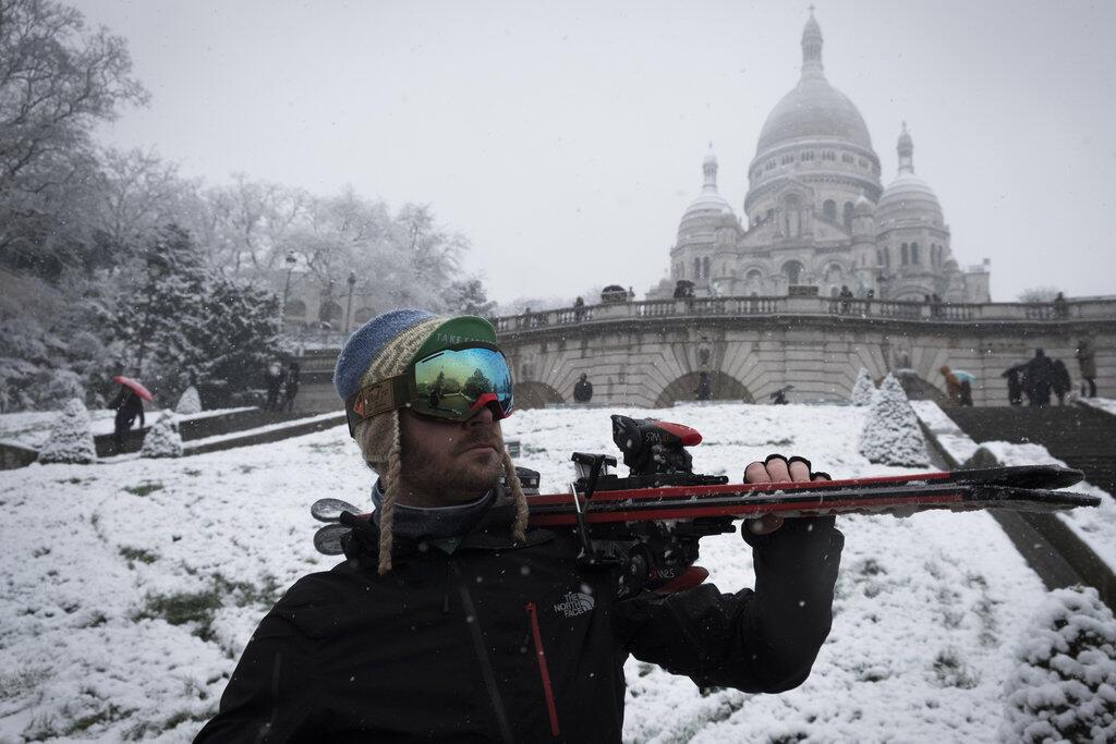 ¡Un esquiador frente a la basílica de Montmartre!