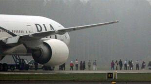 Passengers are evacuated from Pakistan International Airlines flight PK782.