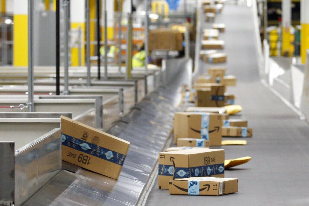 Pacotes prontos para partir em uma filial da Amazon nos EUA.