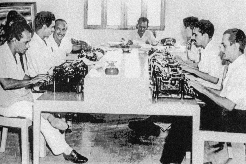 Gabriel García Márquez (2è D) dans la salle de rédaction du journal El Nacional, Barranquilla, Colombie,1953.