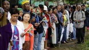 Waombolezaji wakisubiri kuuaga mwili wa Nelson Mandela
