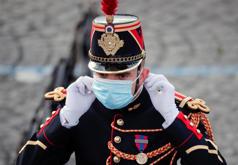 Un soldado francés ajusta su máscarilla durante las celebraciones del Día de la Bastilla en la Plaza de la Concordia en París, Francia, 14 de julio de 2020