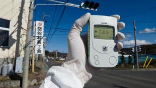 Un membre de Greenpeace mesure la radioactivité à 40 km de la centrale de Fukushima, le 27 mars 2011.