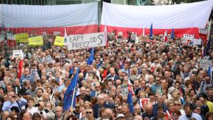 2018年7月4日,波兰民众在首都最高法院门前集会,抗议政府的司法改革方案。