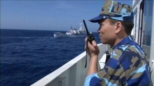 Một sĩ quan cảnh sát biển Việt Nam trên tàu tuần duyên gần khu vực giàn khoan trái phép HD-981 của Trung Quốc, ngày 14/05/2014.