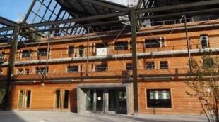 L'auberge de jeunesse écologique a été construite dans un ancien hangar de la SNCF et se situe près de la gare du Nord.