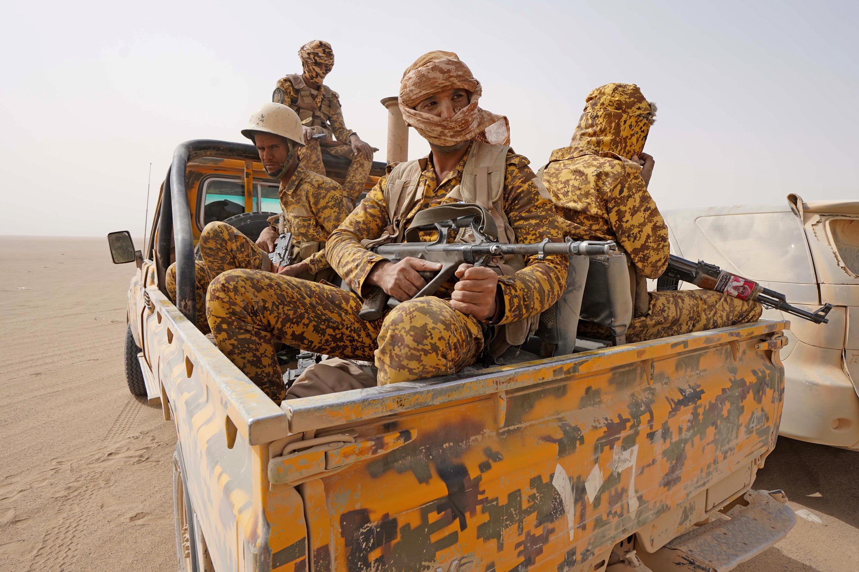 Combatientes de las fuerzas leales toman posición contra los rebeldes hutíes en la provincia de Marib, en el noreste de Yemen, el 16 de abril de 2021