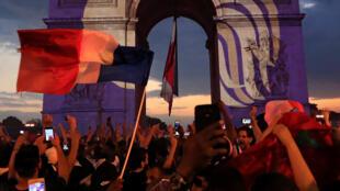 Hình ảnh Gà Trống Gô Loa trên nền mầu cờ Pháp phía trên có hai ngôi sao, Paris, ngày 15/07/2018