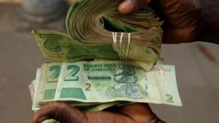 津巴布韦超级通货膨胀,钱拿麻袋装。