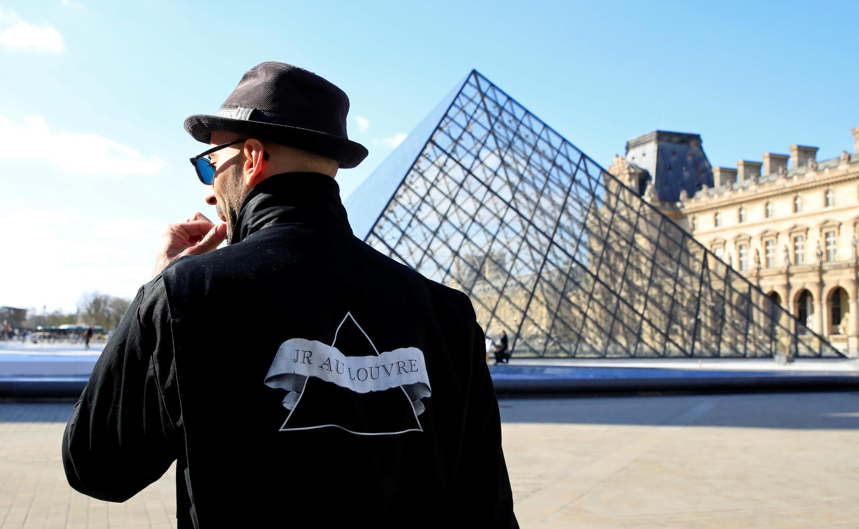 Художник JR создал гигантский коллаж ко дню рождения пирамиды Лувра