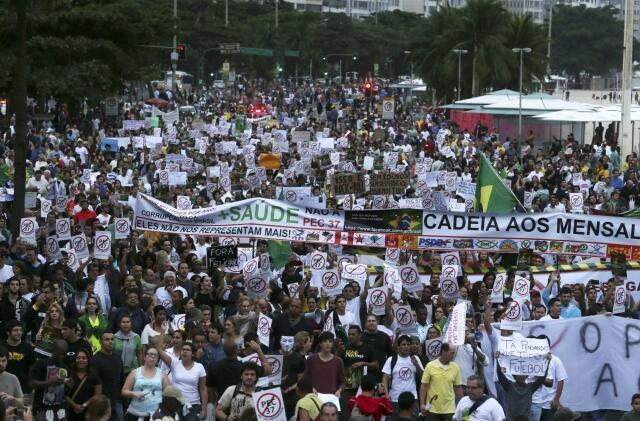 A orla da zona sul do Rio de Janeiro teve sua primeira manifestação na tarde deste domingo,23, contra PEC 37.
