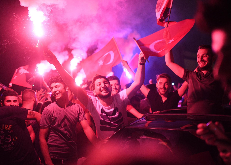 La foule a célébré la victoire d'Ekrem Imamoglu dans les rues d'Istanbul, comme ici à Kadikoy, dimanche 23 juin 2019.