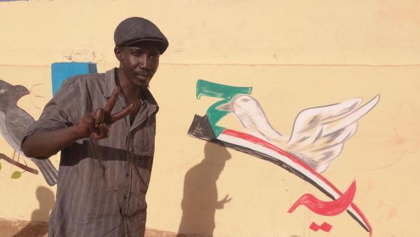 Nabil Elnaïm Seddig peint sur les murs de son quartier à Khartoum. Selon lui, le seul aboutissement de la révolution «c'est la liberté d'expression».