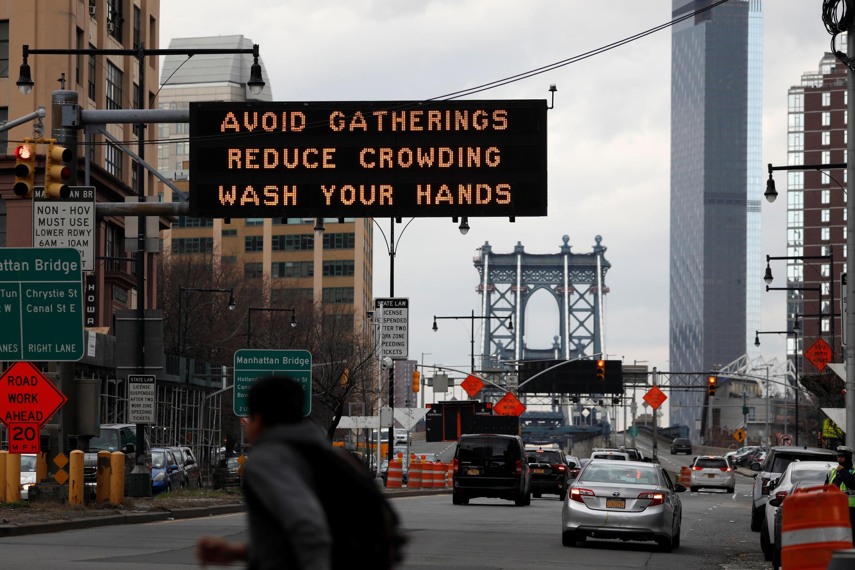 """Thông cáo yêu cầu """"tránh tụ tập đông người và năng rửa tay"""" tại đường lên cầu Manhattan Bridge ở khu Brooklyn (New York City - Mỹ) ngày 20/03/2020."""