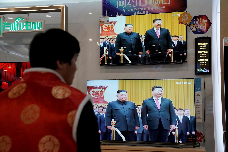 Truyền hình Trung Quốc CCTV chiếu cảnh lãnh đạo Bắc Triều Tiên Kim Jong Un gặp chủ tịch Tập Cận Bình, Bắc Kinh, ngày 10/01/2019.