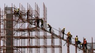 کارگران ساختمانی روزمزد یکی از مهمترین اقشاری هستند که از عوارض اقتصادی ناشی از گسترش ویروس کرونا در ایران آسیب دیدند.