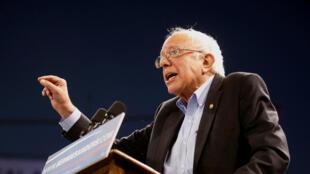 Le candidat américain Bernie Sanders à Carson, devant une foule de partisans, le 17 mai 2016.