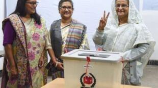 孟加拉选举委员会宣布,现任总理谢赫·哈西娜(Sheikh Hasina)(右一)赢得议会选举,有望连任。哈西娜在投票   2018年12月30日