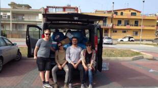 Les jeunes Allemands de Brème devant leur camionnette remplie de nourriture à Pozzalo.