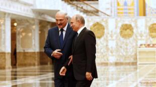 Во Всемирном банке отмечают, что ростом ВВП Беларусь вомногом обязана главному союзнику— России, равно как иего падением ранее. На фото: Александр Лукашенко и Владимир Путин на саммите ОДКБ в Минске, 30 ноября 2017.