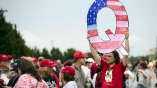 Un militant de la mouvance QAnon lors d'un meeting de Donald Trump, le 2 août 2018 en Pennsylvanie aux États-Unis.