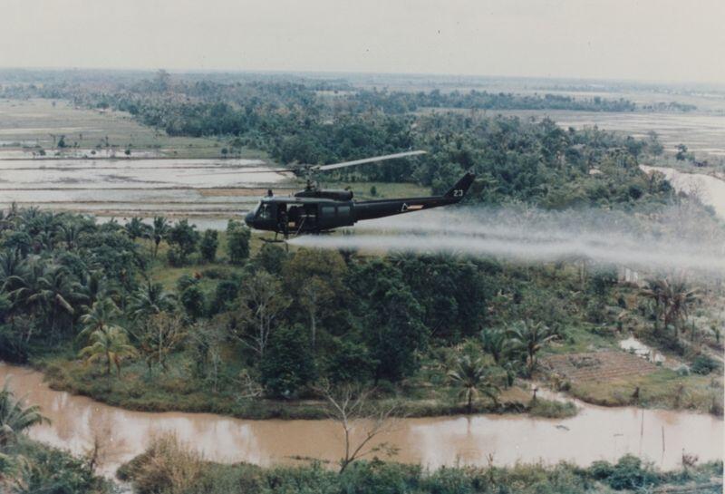 Epandage d'Agent Orange pendant la guerre du Vietnam par un hélicoptère de l'armée américaine