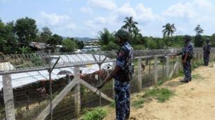 A la frontière avec le Bangladesh, plusieurs milliers de Rohingyas vivent dans un No man's land, après avoir fui la Birmanie.