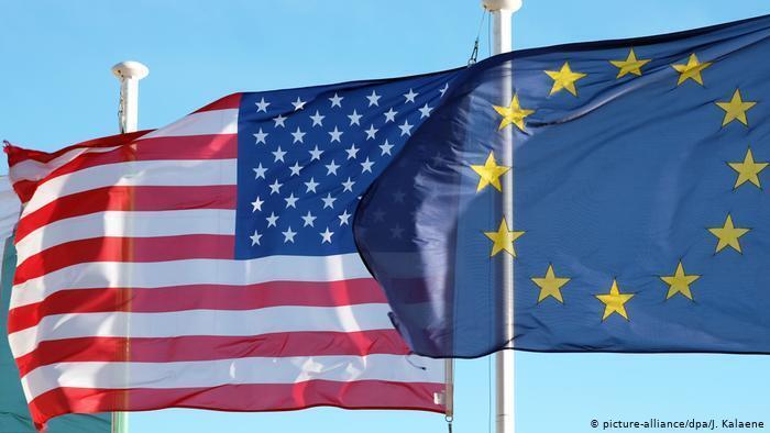 پیش از اروپا دولت آمریکا نخستین تحریمهای اقتصادیاش را برضد ایران در پی ماجرای گروگانگیری در ۴ نوامبر ۱۹۷۹ به کار بست.