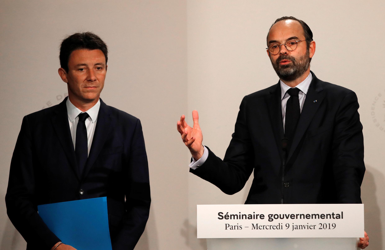 El premier Édouard Philippe (d) y el portavoz del Gobierno Benjamin Griveaux durante una conferencia de prensa en París, este 9 de enero de 2019.