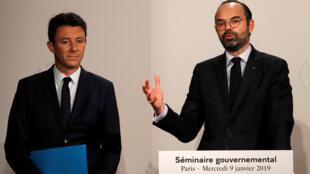 Le Premier ministre Edouard Philippe (d) et le porte-parole du gouvernement Benjamin Griveaux lors d'une conférence de presse à Paris, le 9 janvier 2019.