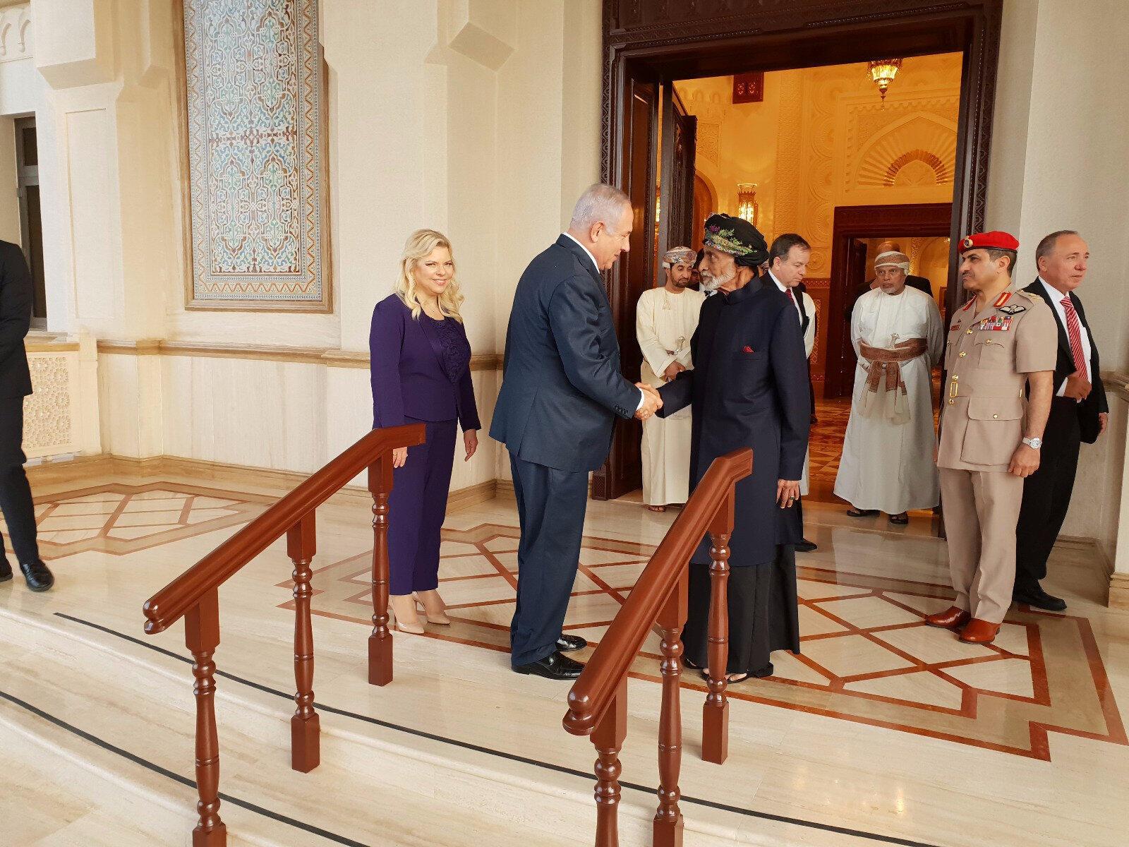 Le Premier ministre israélien Benyamin Netanyahu a été reçu à Oman par le sultan Qabous, une première depuis plus de 20 ans.