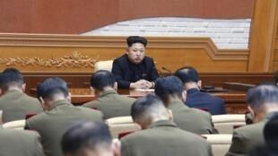Lãnh đạo Bắc Triều Tiên Kim Jong Un trong một cuộc họp với sĩ quan quân đội. Ảnh công bố năm 2015.