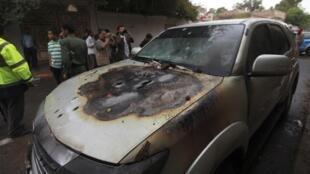 La voiture des deux Français, dont l'un a été tué, à Sanaa, ce 5 mai 2014.