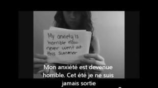 Capture d'écran de la vidéo d'Amanda Todd, durant laquelle elle décrivait son calvaire (cyberharcèlement à l'école). La jeune adolescente s'est donné la mort peu de temps après.