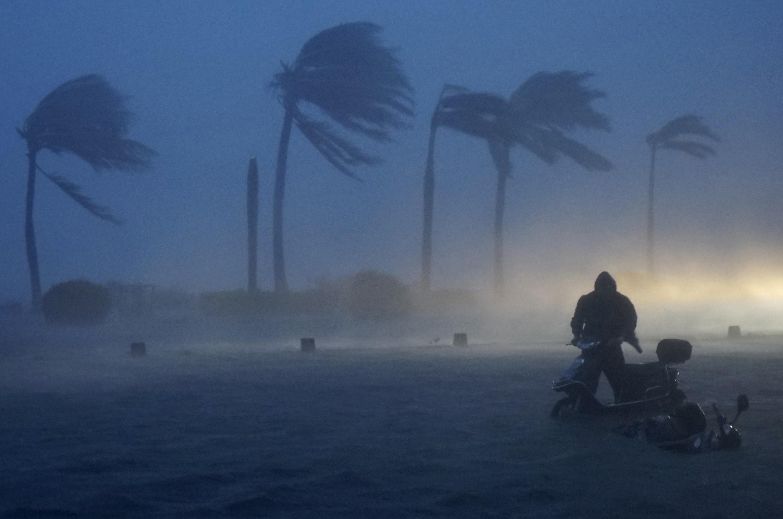 A Haikou, dans la province de Hainan, en Chine, lors du passage du typhon Rammasun, vendredi 18 juillet.