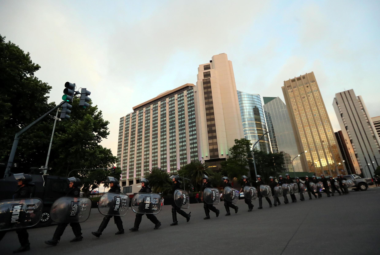 Policiais em frente ao hotel onde o presidente da China, Xi Jinping, fica na Cúpula dos Líderes do G20 em Buenos Aires, Argentina, 29 de novembro de 2018.