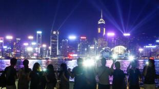 """Người biểu tình Hồng Kông lập """"dây chuyền người"""" để đòi cải cách chính trị trên Đại lộ Những ngôi sao ở Hồng Kông, ngày 23/08/2019."""