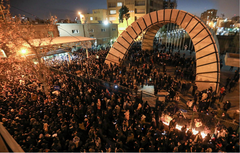Manifestantes se reuniram em Teerã para homenagear as vítimas do Boeing 737 abatido por militares iranianos.