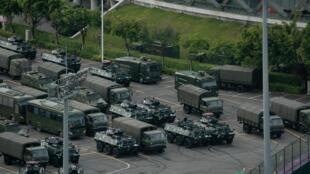 中國深圳 2019年8月16日 Chine: Des camions et des chars militaires chinois au stade de Shenzhen, à quelques kilomètres de Hong Kong, le 16 août 2019.